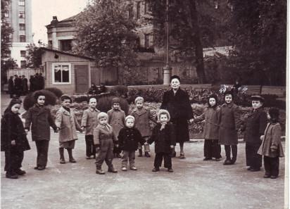 Детская прогулочная группа Юлии Лазаревны в саду «Аквариум». 1956. Из личного архива С.Н. Мадорской