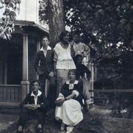 Семья Аладжаловых. Семен Аладжалов в темной рубашке. Майори, Рижское взморье. Около 1912 года
