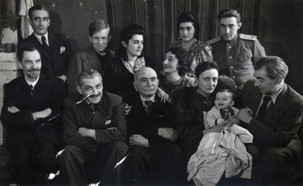 Семья и друзья Аладжаловых. Крайний слева стоит Семен Иванович Аладжалов. Москва, 1945 год