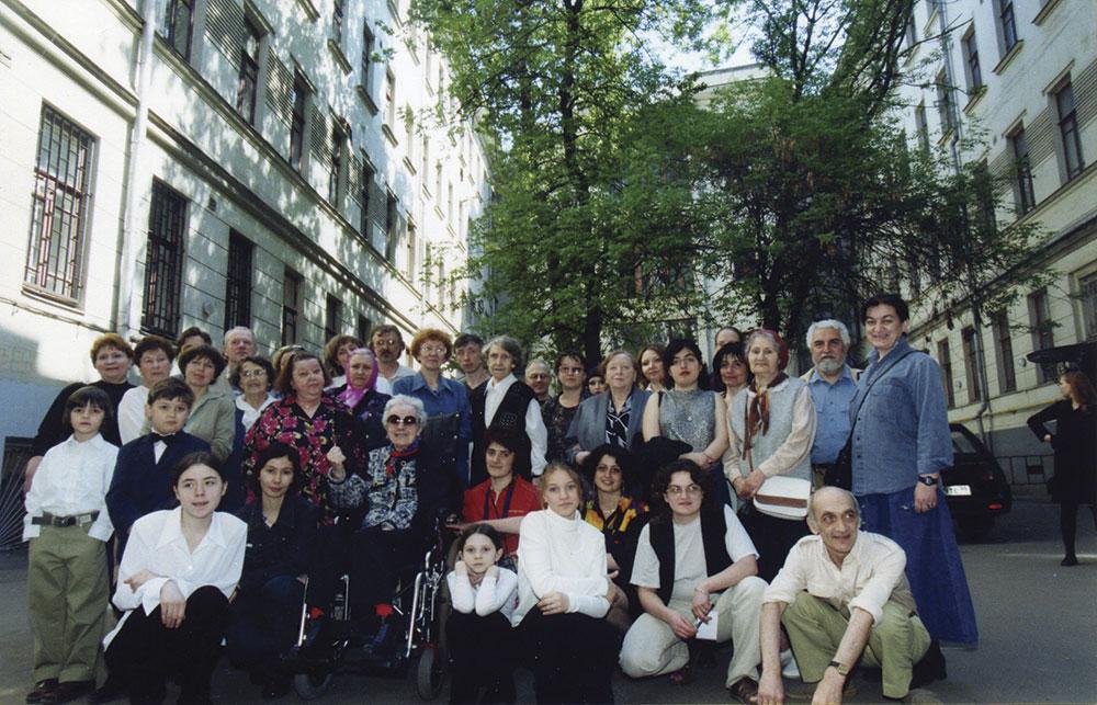 Жители дома 10 по Большой Садовой во дворе. Май 2002 года