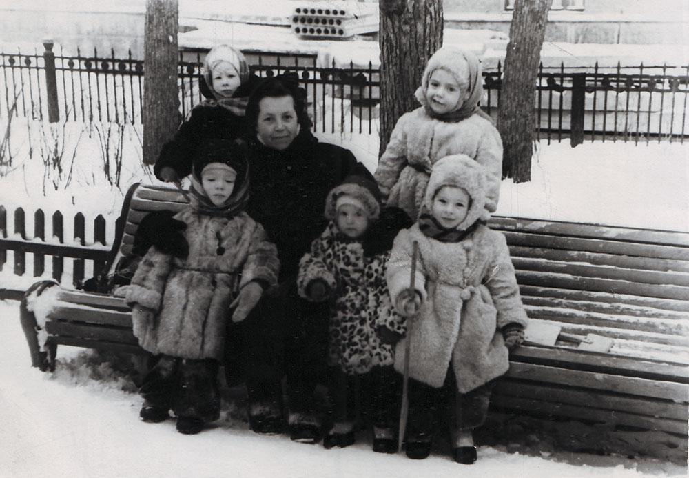 Детская прогулочная группа на Патриарших прудах. В центре в леопардовой шубе Любовь Чурилина. 1958 год
