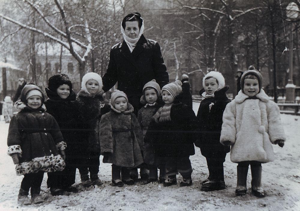 Детская прогулочная группа на Патриарших прудах. Слева в леопардовой шубе Любовь Чурилина. 1958 год