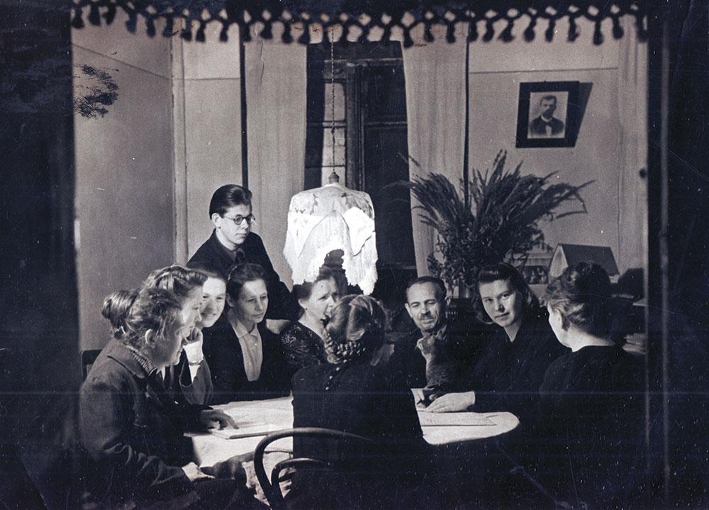 Коллективная фотография жителей коммунальной квартиры на встрече с местным депутатом. 1950-е годы