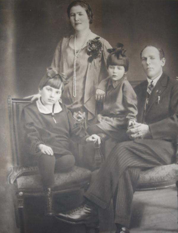 Семейная фотография Кузнецовых. Наталья Васильевна Кузнецова, ее дети — Маргарита и Тамара (справа), Иван Макарович Кузнецов. Около 1930 года