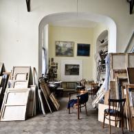 Арочный проход. С 1917 по 1937 гг. комната за аркой служила спальней. Справа видны антресоли, на которых П. П. Кончаловский хранил готовые работы