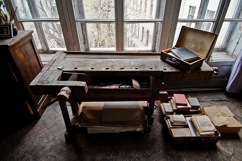 В мастерской до сих пор на том же месте, что и при Кончаловских, стоит верстак Петра Петровича, на котором художник изготовлял рамы