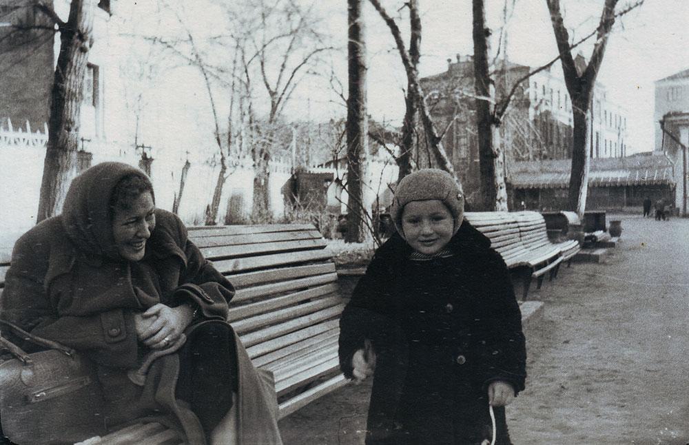 Нина Володарская с сыном Владимиром. Около 1959 года