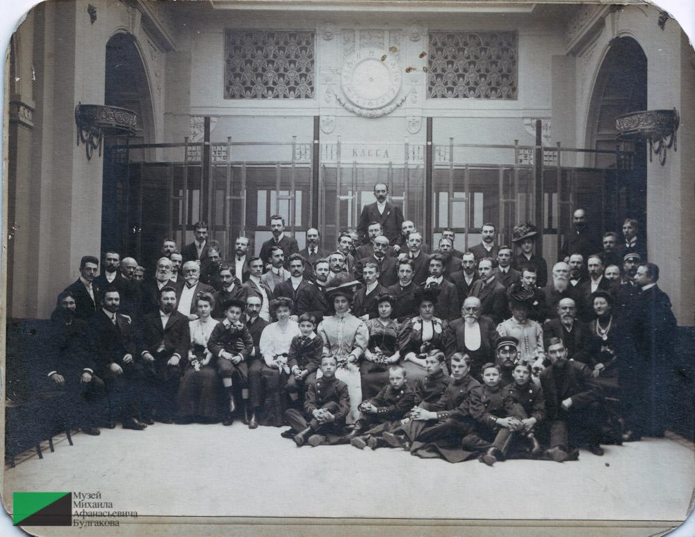 Сотрудники банкирского дома братьев Джамгаровых в кассовом зале. Второй слева в первом ряду сидит Багдасар Вартанов.  1910-е годы