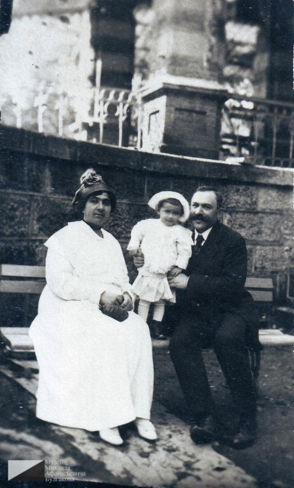 Багдасар Артемьевич Вартанов с женой Елизаветой Сергеевной Вартановой (в девичестве Адабашьян) и дочерью Србуи (1915 г.р.).  Около 1916 года