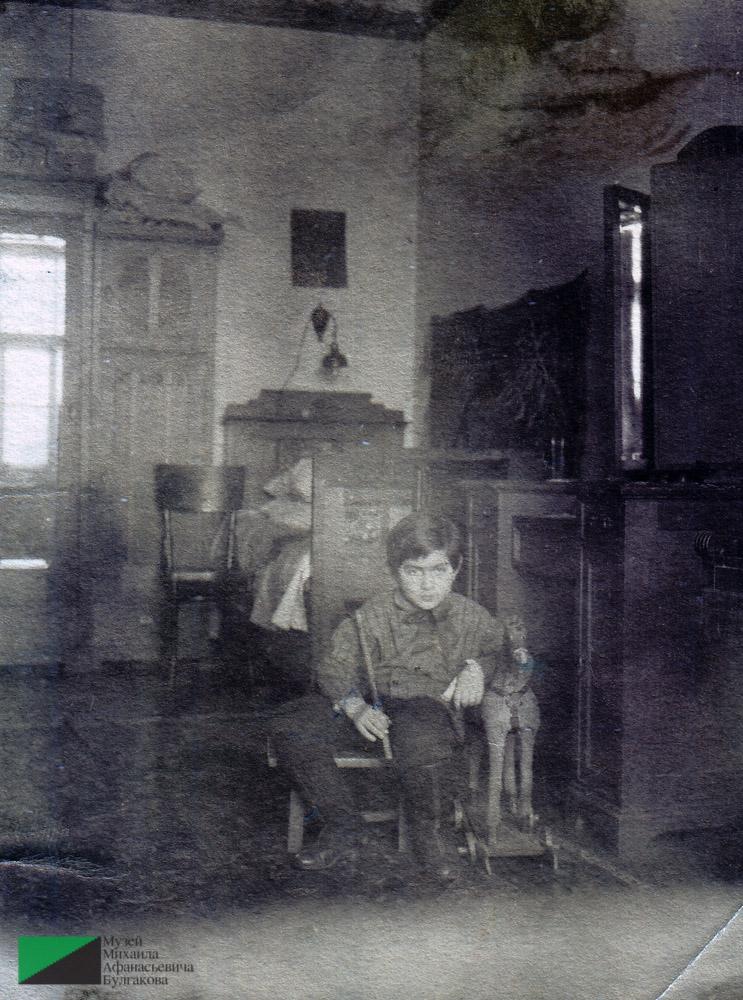 Мелик Багдасарович Вартанов, сын Богдасара Артемьевича Вартанова, в квартире № 7.  Первая половина 1920-х годов