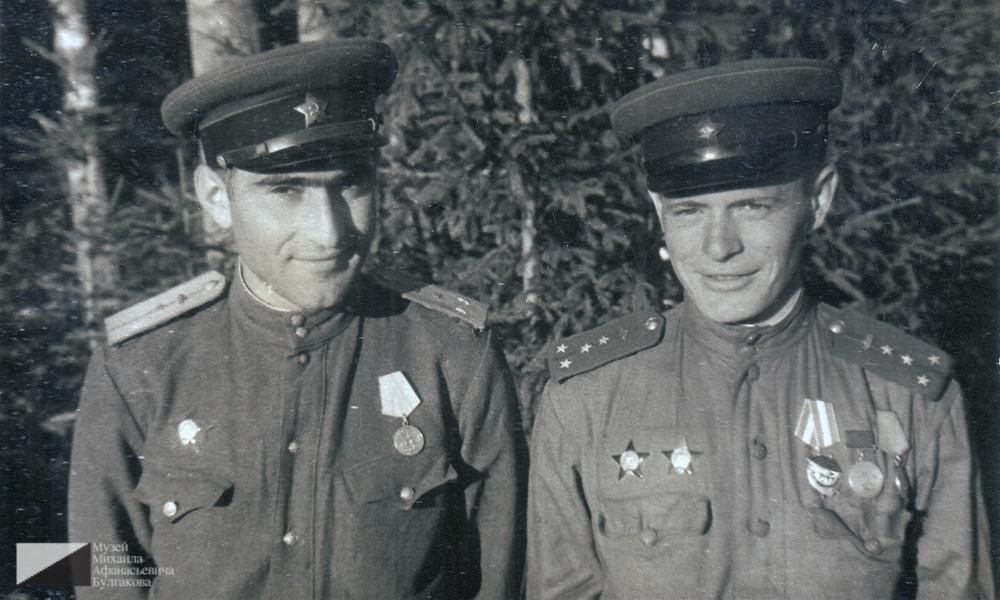 Мелик Багдасарович Вартанов вместе со своим сослуживцем Николаем. В подписи к фотографии указывается, что через два дня Николай сгорит в танке.  Эстония, август 1944 года
