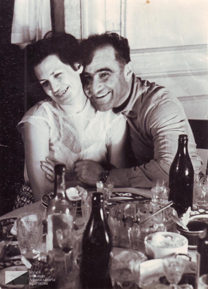 Мелик Багдасарович Вартанов с женой Ляйлой Юсуфовной Вартановой (в девичестве Ахматова) в квартире № 7.  Начало 1970-х годов