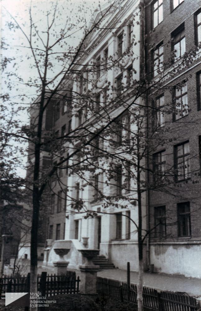 Школа № 112 на улице Остужева (сейчас Большой Козихинский переулок). Здесь учились многие из живших в доме 10 по Большой Садовой, в том числе и Георгий Вартанов, внук Богдасара Вартанова.  1964 год