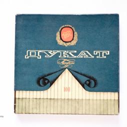 Коробка от папирос фабрики «Дукат». 1940-е годы. Из собрания фабрики «Лиггетт-Дукат».