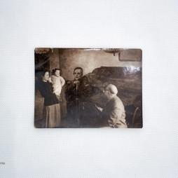Эсперанса, Маргот Михайловна, Пётр Петрович Кончаловские на фоне картины «Лермонтов». 1943 год. Фото предоставлено Фондом Петра Кончаловского.