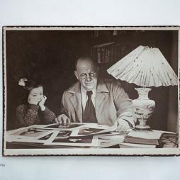 Петр Петрович Кончаловский с Внучкой Маргот в Квартире на Новинском Бульваре. 1950-е годы. Фото предоставлено Фондом Петра Кончаловского.