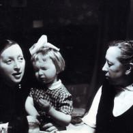 Тамара Ефимовна Куликова, дочь Татьяна и мать Ольга Ивановна Королева в квартире № 51. 1958 год