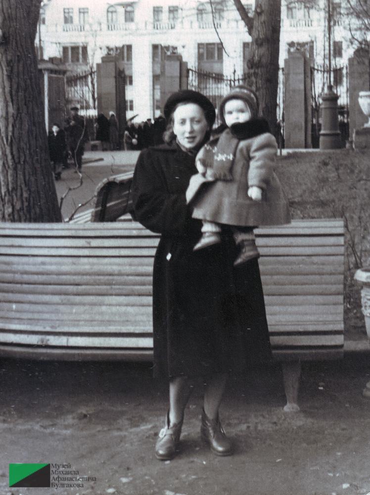 Тамара Ефимовна Куликова с дочерью Татьяной в саду Аквариум. 1957 год. Из собрания Музея М. А. Булгакова. Дар Татьяны Борисовны Ясашиной