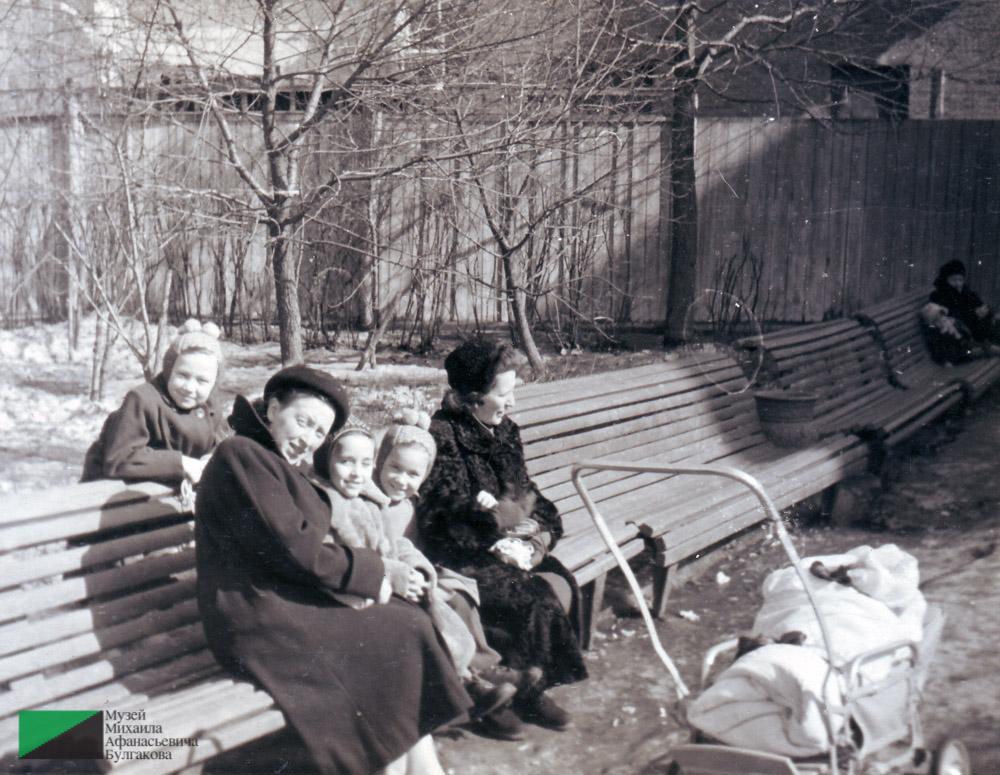 Тамара Ефимовна Куликова с дочерью Татьяной (в коляске) в саду Аквариум. 1957 год