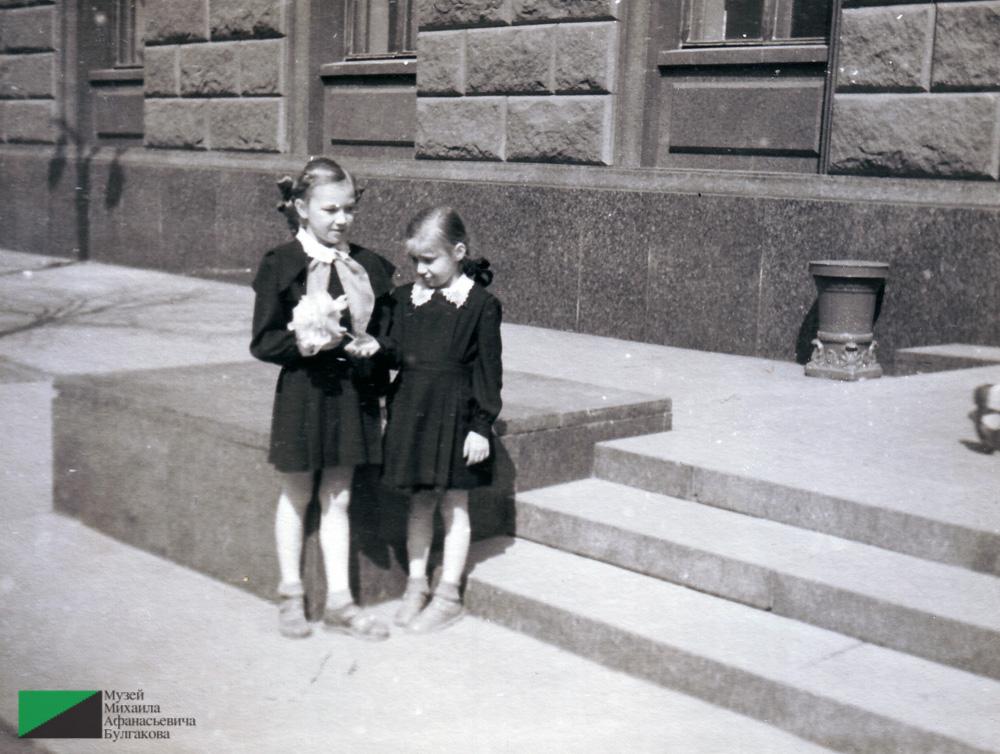 Надежда и Ирина Акуловы. Дочери Нины Ефимовны Куликовой у входа в Министерство монтажных и специальных строительных работ. Около 1956 года