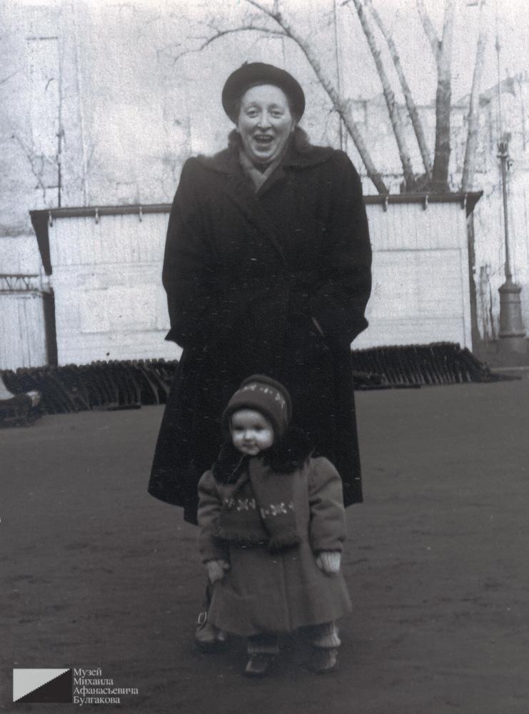 Тамара Ефимовна Куликова с дочерью Татьяной в саду Аквариум. 1957 год
