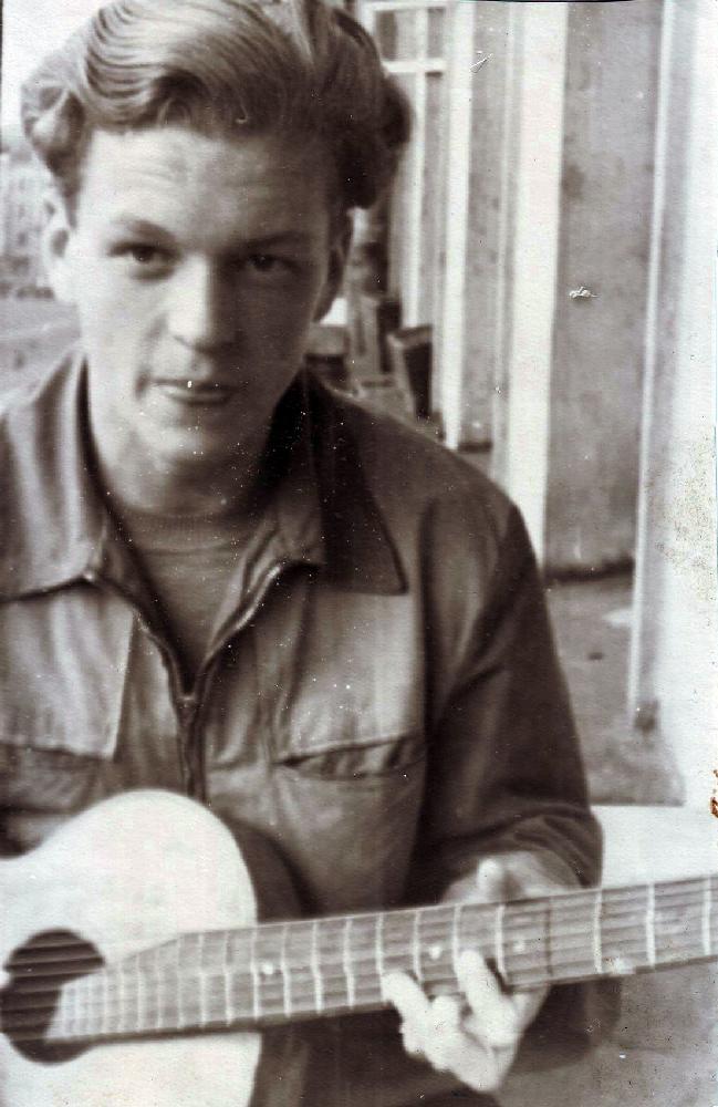 Юрий Емельянов, житель квартиры № 8, на балконе дома. 1958 год