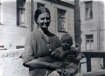 Мария Петровна Жеребцова с внучкой Еленой во дворе дома 10. Конец мая 1954 года