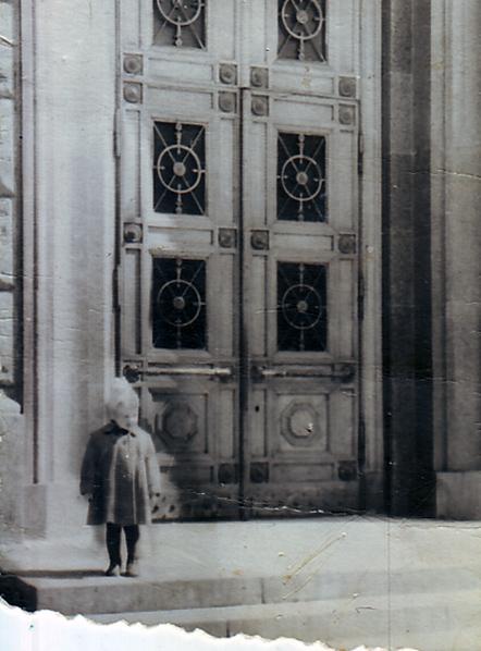 Елены Костылева у административного здания Министерства монтажных и специальных строительных работ СССР (Большая Садовая, 8). Около 1955 года