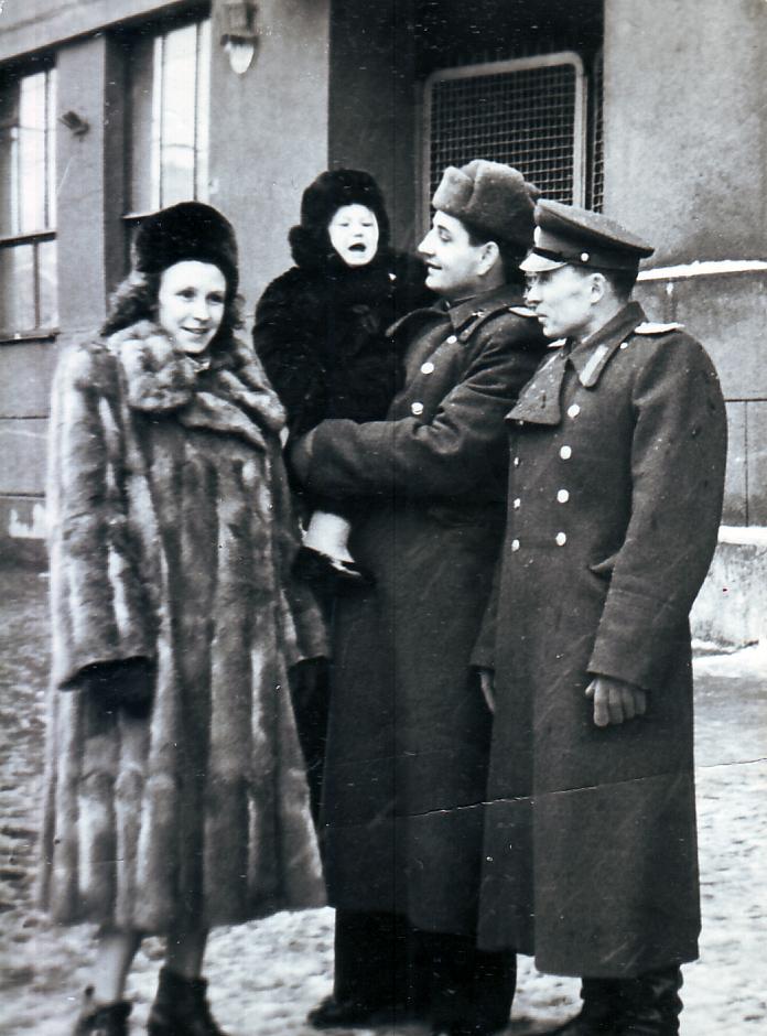 Анна Георгиевна с мужем Валерием Васильевичем Костылевым и дочерью Еленой. Справа друг Валерия у Военно-политической академии на Большой Садовой. Четвертое декабря 1955 года