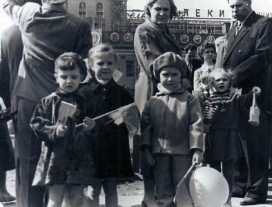 Дети Анны Георгиевны сестры Ольга (первая слева) и Елена (вторая) на площади Маяковского. На фоне видно здание гостиницы «Пекин». Конец 1950-х годов