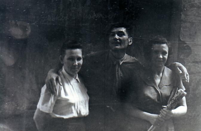 Соседи Жеребцовых по квартире 53а во дворе дома. Слева Залиха Османова (все ее звали Зиной) с мужем. Справа Анна Георгиевна. Москва, первое мая 1959 года