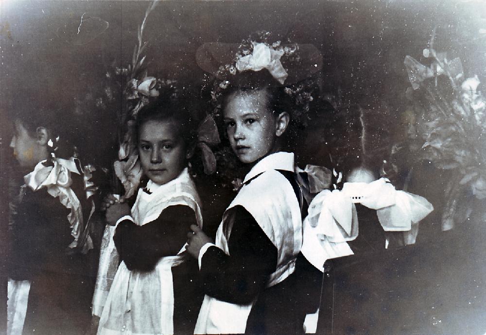 Елена Костылева с Ириной Казаковой из квартиры № 16 (слева) в школе № 112 на улице Остужева, 5 (сейчас Большой Козихинский переулок).  Около 1961 года