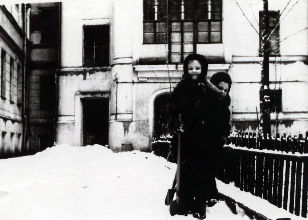 Сестры Елена и Ольга Костылевы во дворе дома. Начало 1960-х годов