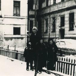 Дети во дворе дома. Начало 1960-х годов
