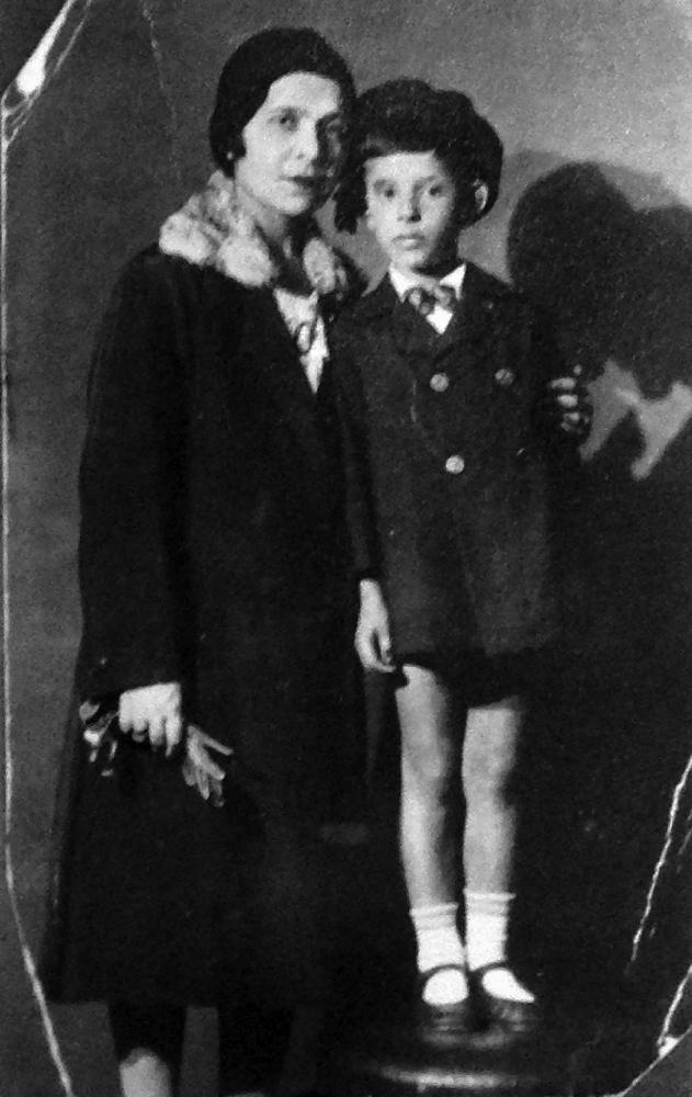 Марианна Ильинична Сакизчи (в замужестве Прик), жительница квартиры № 53, вместе с сыном Юрием (1924 г.р.). 1930-е годы