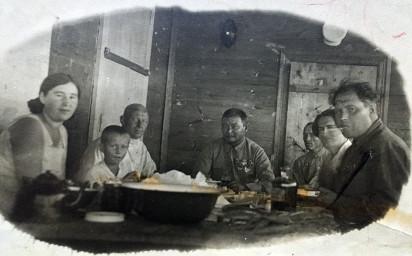 Крайние справа Михаил и Лина Шихины. В центре стола сидит политический лидер Монголии Хорлогийн Чойбалсан. Монголия, 1933-34 гг. Из личного архива Владимира Шихина