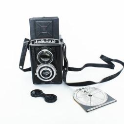 Фотоаппарат «Любитель» c фотоэкспонометром. На этот фотоаппарат снимал брат Михаила Костаки Дионисий. 1952 год выпуска