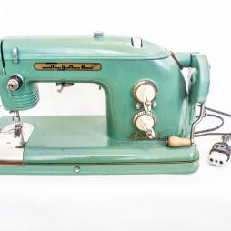 Швейная машина «Тула». 1950-е годы. В начале 1960-х годов Анна Георгиевна Костылева вместе с приятельницей записались на курсы швей. Правда, она признается, что шила потом очень мало.