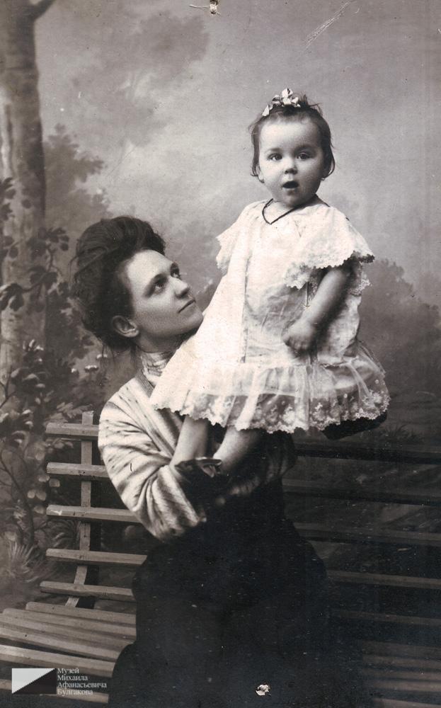 Ольга Даниловна Суходрев со своей дочерью Евгенией. Около 1911 года