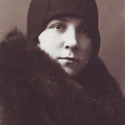 Евгения Суходрев. Москва, 1928 год. В это время она с семьей как раз проживала в квартире № 28