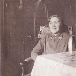 Евгения Сергеевна Суходрев на Покровке. 1930 год