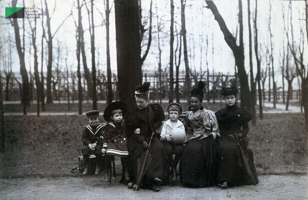 Семья фон Бооль в Лондоне. Вторая слева дочь Ольга, четвертый слева сын Михаил. Из бювара Ольги фон Бооль