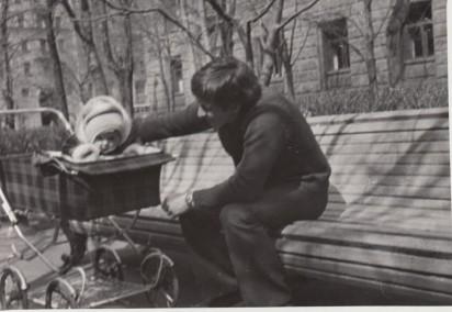 Aлександр Старков в «Министерском скверике» с дочерью Ольгой. 1975 год. Из личного архива Галины Старковой