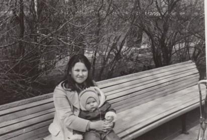 Галина Старкова с дочерью Ольгой в «министерском скверике» (сейчас аллея Федора Шехтеля). 1975 год. Из личного архива Галины Старковой