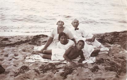 Евгения и Ефим Гордоны с детьми Марией и Соломоном. Евпатория, 1925. Из личного архива М.Б. Друговой