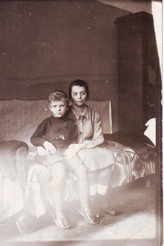 Мария Гордон с дочерью Марией в комнате квартиры № 12. Начало 1950-х. Из личного архива М.Б. Друговой