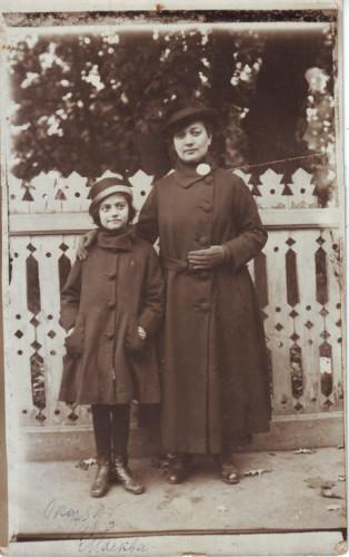 Евгения Гордон с дочерью Марией. Москва, 1918. Из личного архива М.Б. Друговой