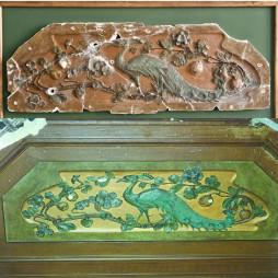 Сверху: лепное изображение павлина, которое хранится в Музее М.А. Булгакова. Фотография: Антон Акимов.   Внизу: потолок в бышем кабинете Пигита. Фотография: Пол Спенглер, 1996 год.