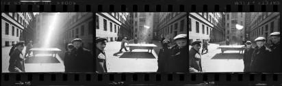 Фрагмент контрольного отпечатка фотосъемки во дворе. Уильям Кляйн выбрал фотографию по середине. На этой серии негативов можно увидеть, что происходило за секунду до знаменитого снимка и секунду после него. 1960 год