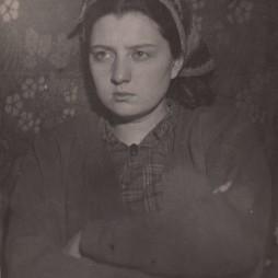 Ольга Сергеевна Логвинова (1901–1980-е) — племянница Георгия Якулова, дочь его сестры Варвары. До 1947 года жила в квартире № 8, с 1947 года — в квартире № 35. 1920-е годы.